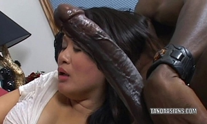 Curvy cutie kiwi ling is on her knees and engulfing wang